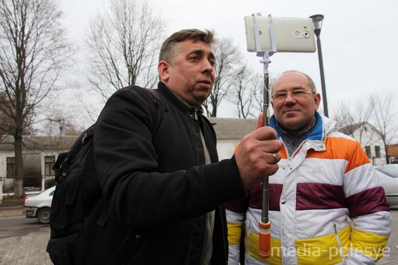 Сергей Петрухин (слева) и Александр Кабанов ведут стрим у здания Пинского суда