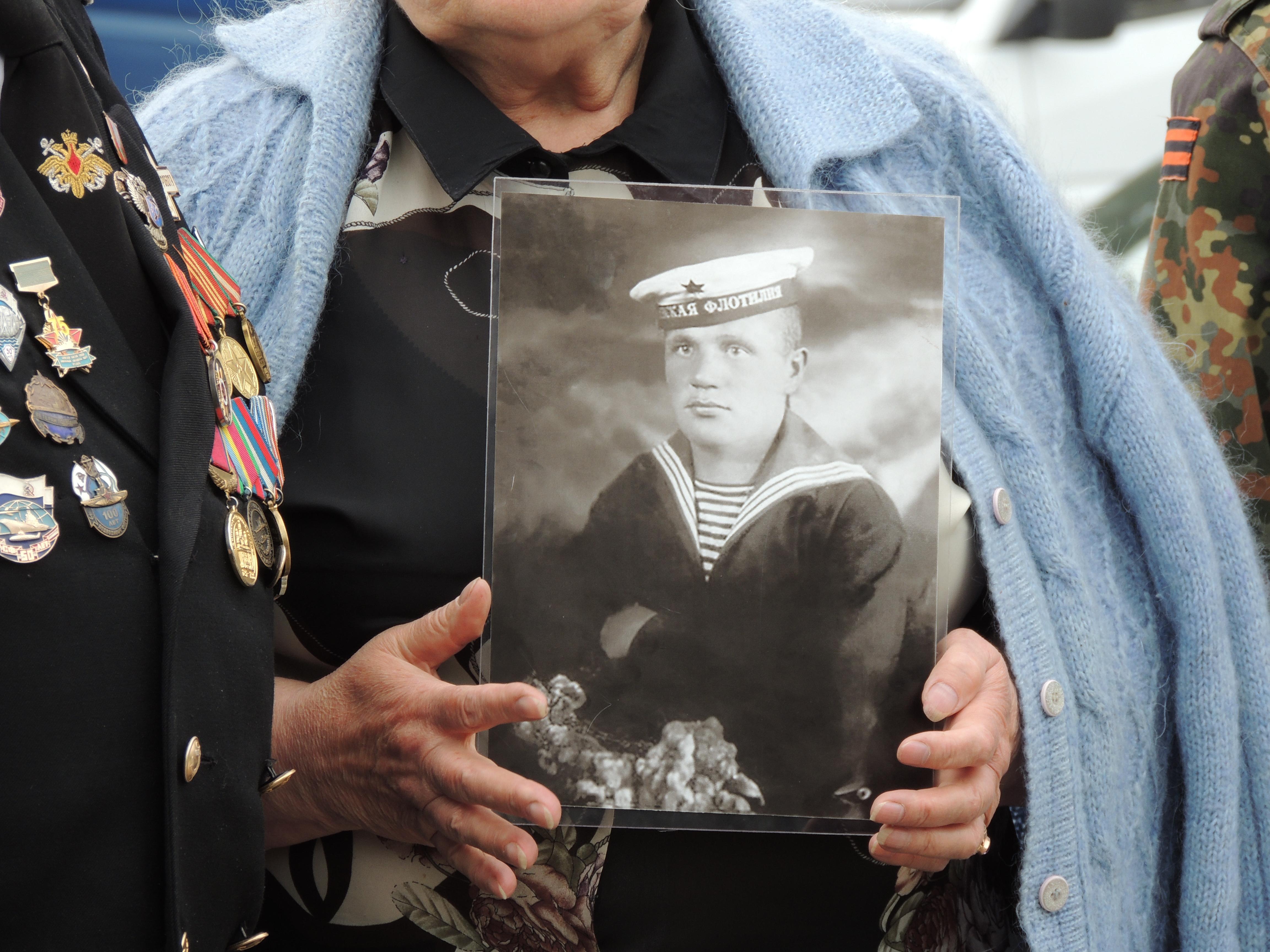 Валентина Козлова держит в руках портрет старшего брата, которого она никогда не видела