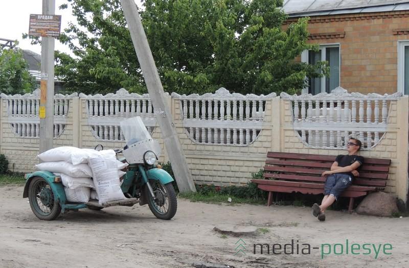 На мотоциклах часто возят и мешки с огурцами на сдачу