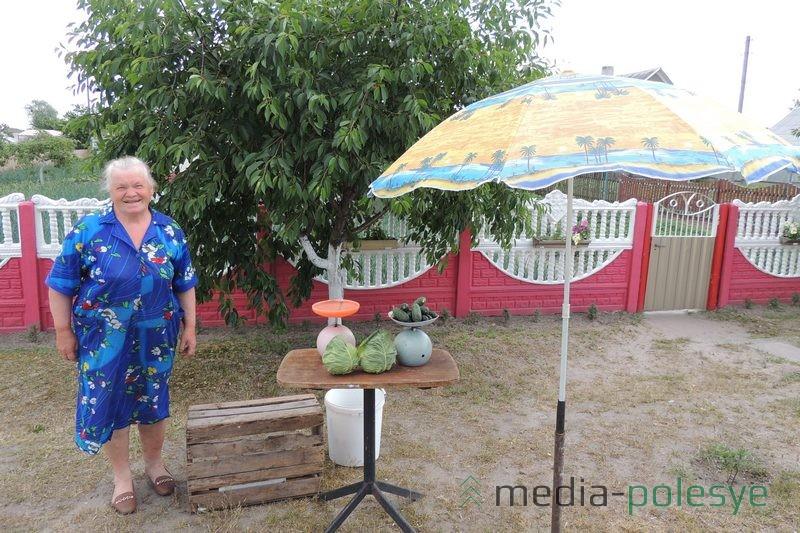 Огурцы и капуста – ходовой товар при дороге