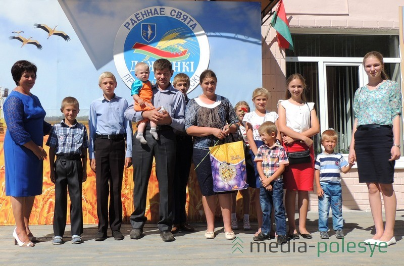 В многодетной семье Павла и Людмилы Бруцких воспитываются десять детей. В Белоушской средней школе насчитывается более трёхсот учащихся, 30 деток в этом году пойдут в первый класс