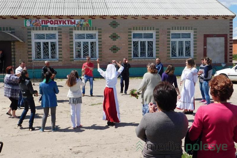 Концертной, а затем и танцевальной площадкой в деревнях стала территория около магазинов.  Фото предоставил В.Шуркало