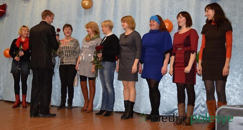 Цветы представителям родительского комитета дарит ведущий Владимир Козеня