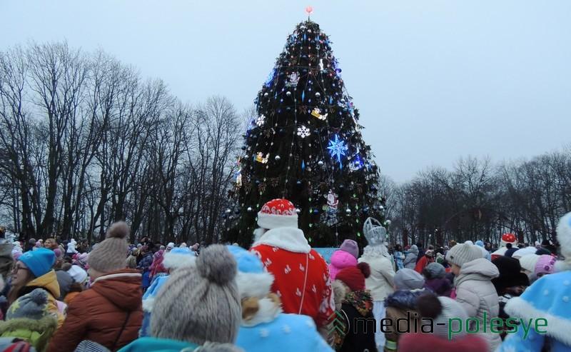 Дедушка Мороз и Снегурочка вместе со всеми зажгли огоньки на ёлке