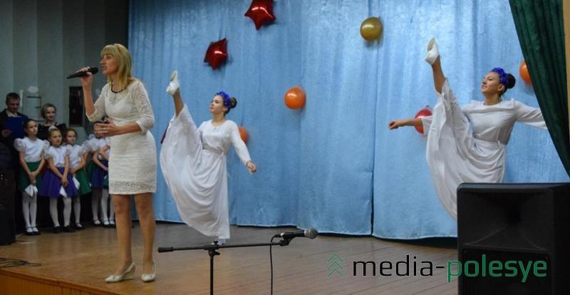 Песню «Вышита сорочка» исполняет Анжелика Каллаур, танцевальное сопровождение – участницы ансамбля танца «Карамель»