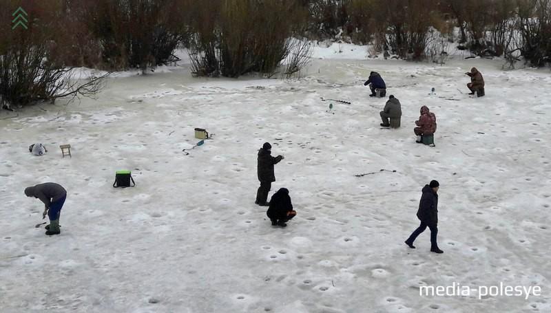 Так же, как и Николай Иванович, долгожданного улова терпеливо ждут все рыбаки