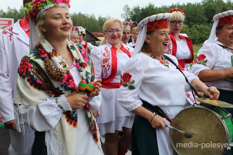 Развлекали гостей как местные артисты, так и из Столинского, Пинского и Жабинковского районов, а также Бреста