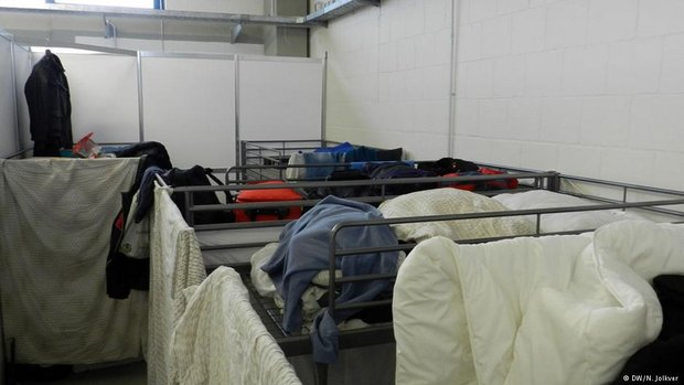 Внутри общежитие разделено на отсеки. В каждом - стык в стык по несколько двухъярусных кроватей. Фото: DW