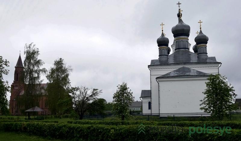Костёл и церковь рядом