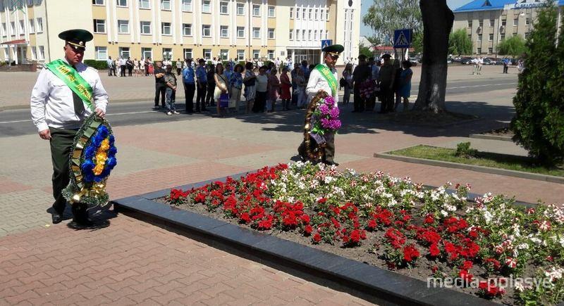 Пограничники возложили венки погибшим советским воинам и партизанам в Столине