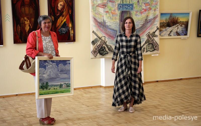 Подарок пинскому музею от художницы Анны Шунейко (слева)