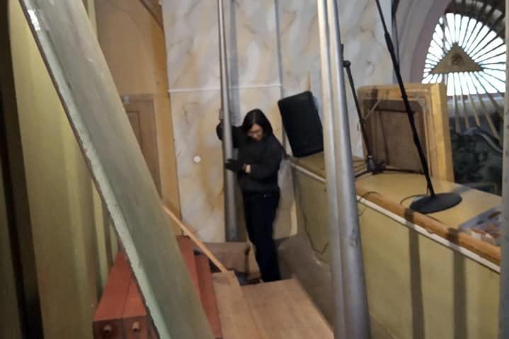 Фото со страницы Александра Бурделёва в ФБ. Органистка Софья Иглицкая (Москва) за сортировкой резонаторов Posaune 16'