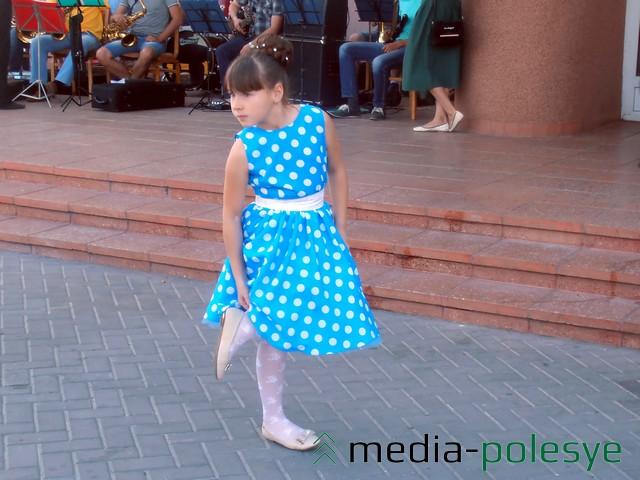 Юная красавица выступала перед выпускниками
