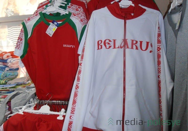 Модный спортивный костюм с орнаментом и надписью на латинице