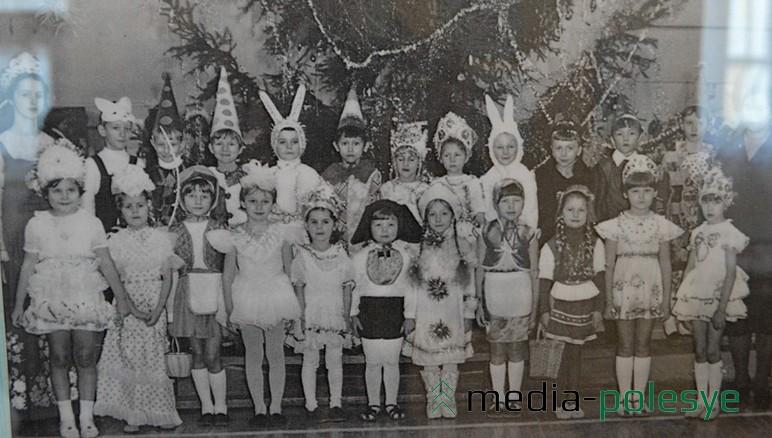 На выставке представлены также фотографии празднования нового года в прошлом веке из архивов пинчан. Зайчики, Снежинки, Красные шапочки, Клоуны и мушкетёры – основные герои советских детских карнавалов.