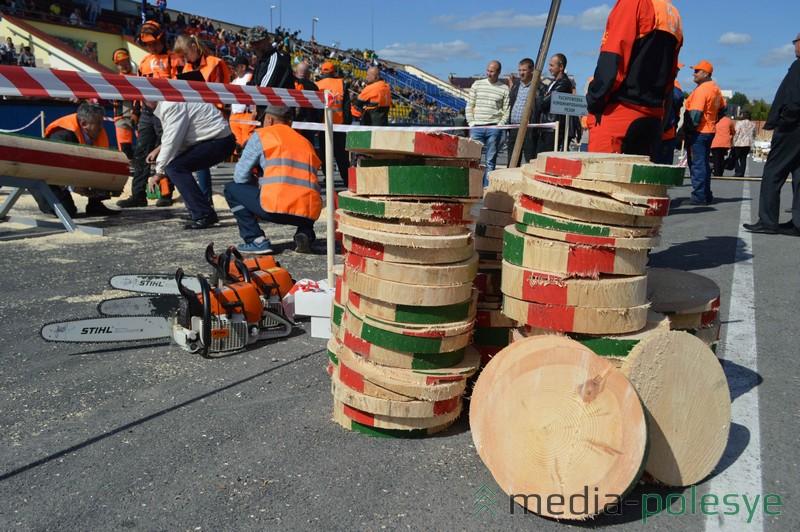 На соревнованиях скапливается множество отходов древесины