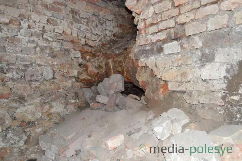 Вдали виднеется один из засыпанных подземных ходов