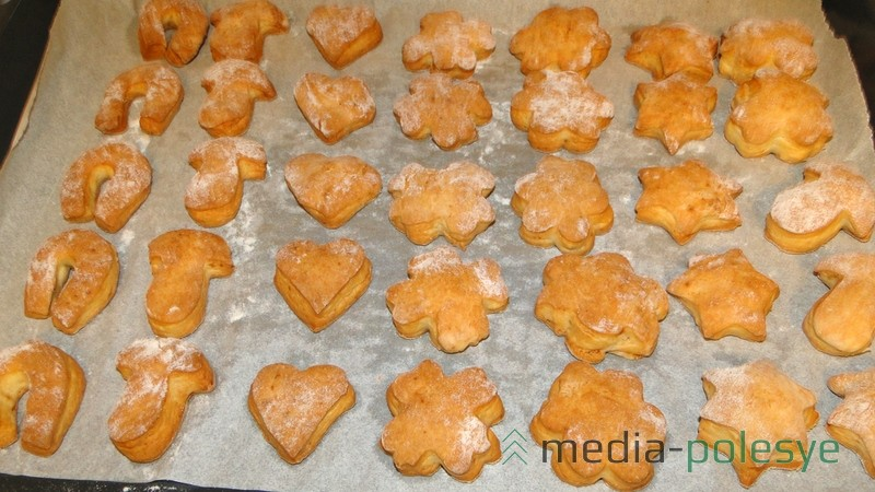 Выпекать 15-20 минут при температуре ~180°C (время выпечки зависит от толщины печенья).