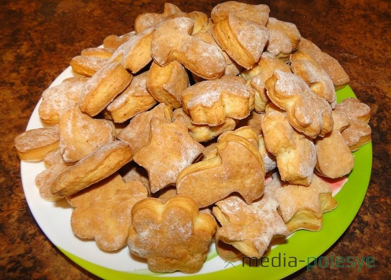 По желанию, готовое печенье посыпать сахарной пудрой.