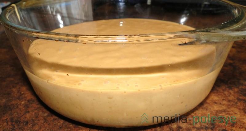 Ставим торт в холодильник. У меня формы с разъёмными краями не нашлось, я готовила торт в ёмкости с нужным диаметром
