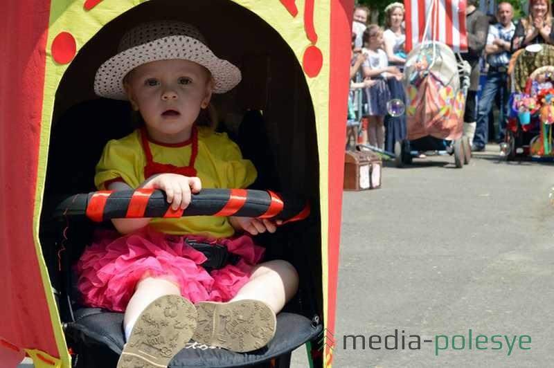Несмотря на жару, дети смирно сидели в колясках