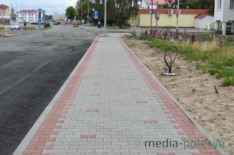 Рабочие указали на одну проблему реконструкции. Это очень узкие тротуары