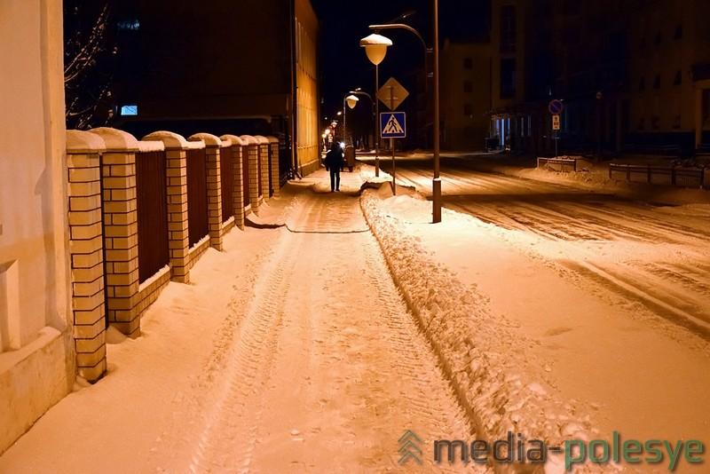 С тротуарами дела пока обстоят хуже, но и к их очистке уже приступили. Ул.Советская