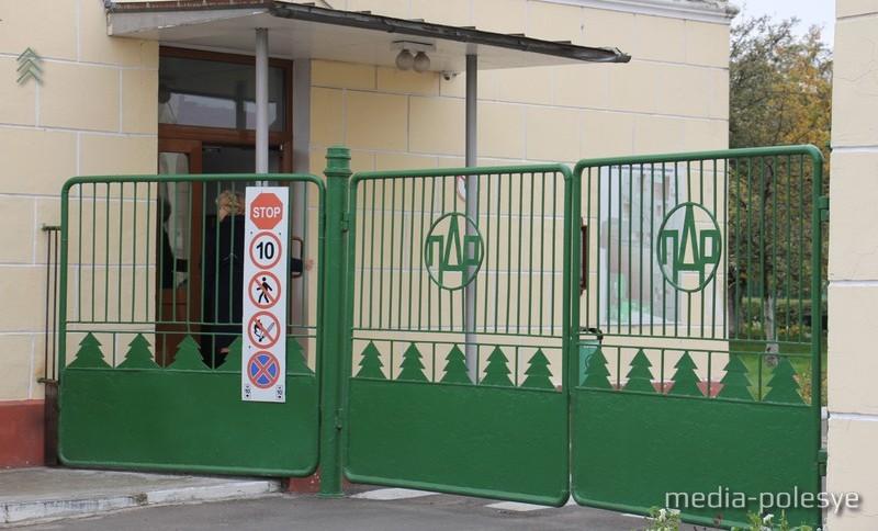 В нескольких десятках метров от этих ворот произошёл взрыв в 2010 году