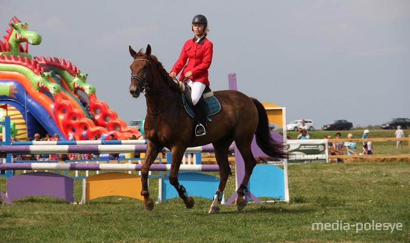 В соревнованиях по преодолению барьеров участвовали в основном девушки, был один парень-наездник. Он выйграл три из четырёх маршрутов