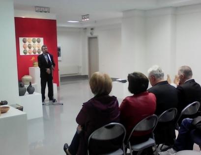 Директор центра Гончарства деревни Городная Василий Козачок презентует выставку в Бресте. Фото с сайта racyja.com