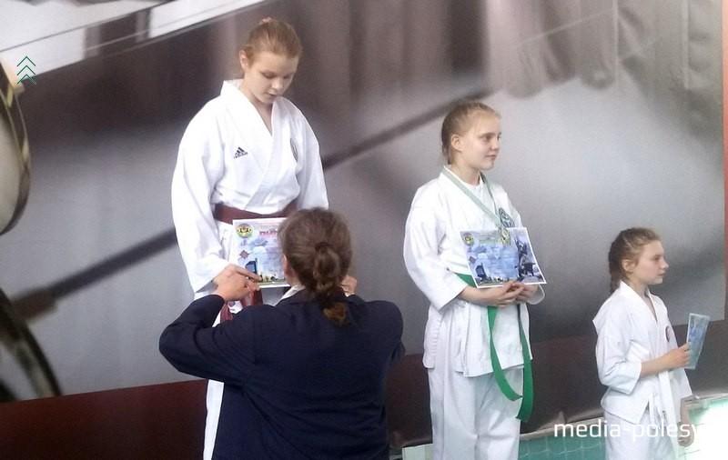 Заслуженную награду получает Виктория Семенчук