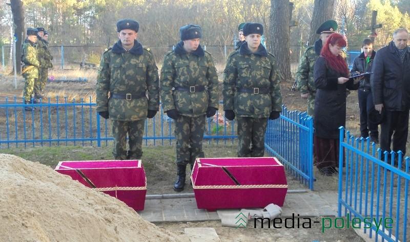 Останки двух солдат упокоились в могиле с однополчанами