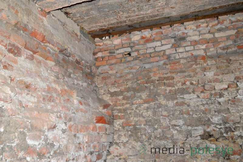 В стене можно различить кирпичную кладку XVII века (нижняя часть)