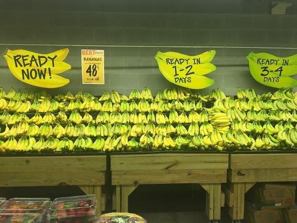 Бананы в этом магазине выложены по степени спелости и, соответственно, по сроку готовности