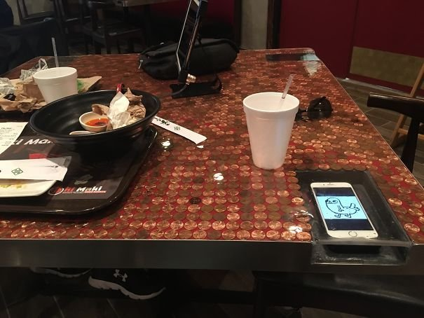 «Кармашки» для телефона в столе