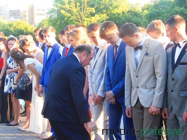 Директор СШ №8 Иван Сергиевич лично строил выпускников перед торжественной частью