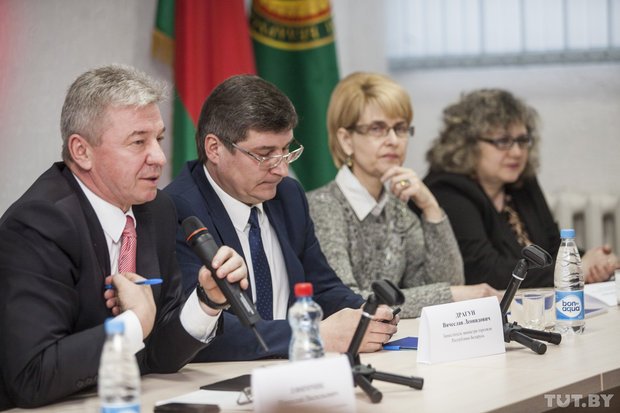 Николай Ефимчик (слева) в который раз попытался убедить ипэшников торговать белорусским