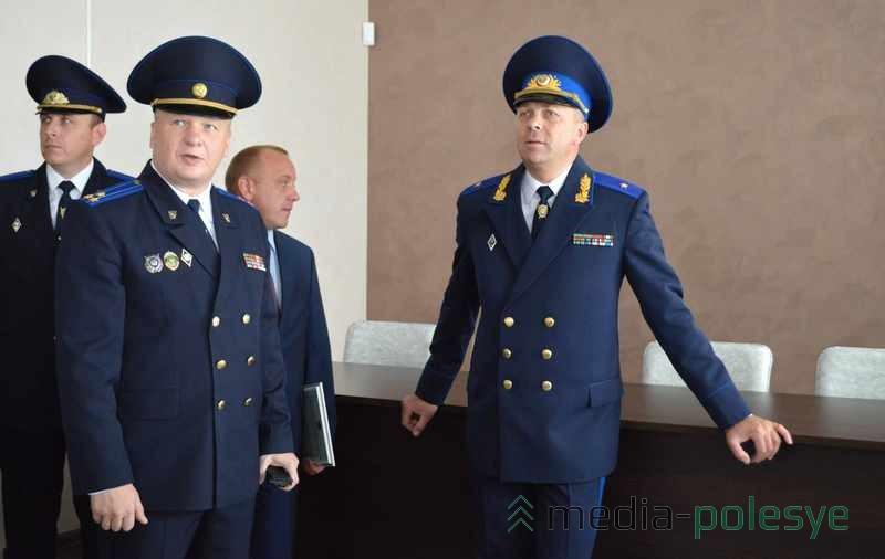 Председатель СК Беларуси Иван Носкевич (справа) и начальник УСК по Брестской области Александр Рахманов (слева) обсуждают работу строителей