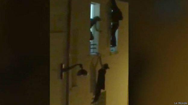 """Le Monde. Один из мужчин помог подняться наверх беременной женщине, когда в зале """"Батаклан"""" стихла стрельба"""
