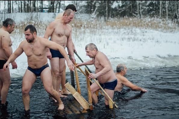 медиаполесье #mediapolesye #water #wintertime #peoples #coldweather #mens #крещениелунинец #крещение #лунинец #купание