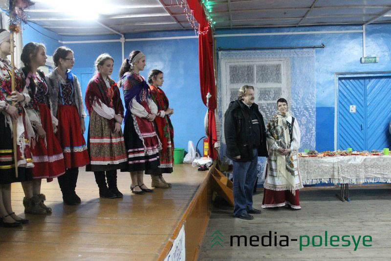 На сцене – участники вечорок, а возле сцены – Михаил Скребейко и Алла Лозицкая