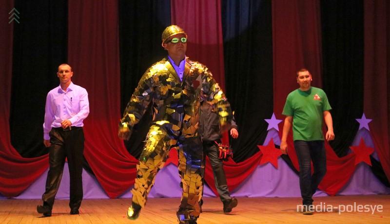 Команда поддержки электромонтера Николая Шоломицкого демонстрирует рабочие костюмы