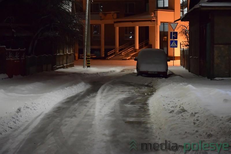 Припаркованные на дороге автомобили затрудняют уборку