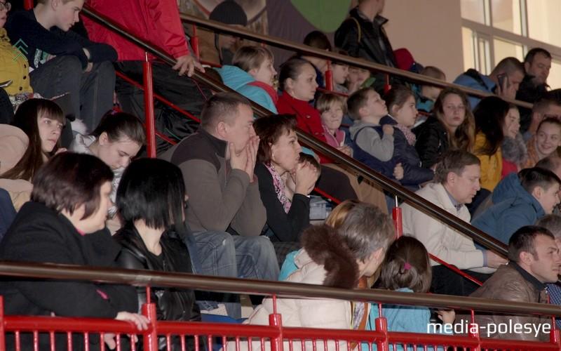 На трибунах ФСК собрались зрители, которые очень переживали за участников соревнований