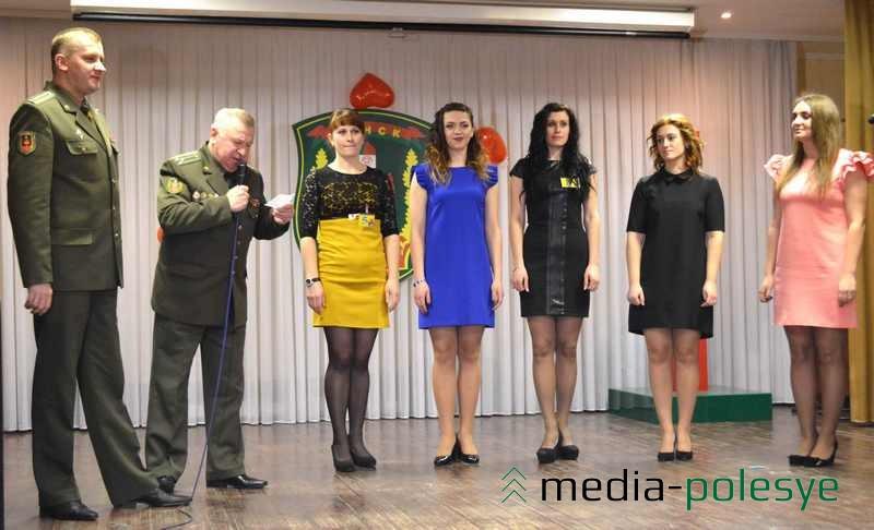 Перед командирами девушки в коктейльных  платьях стояли с военной выправкой (начальник погранотряда Максим Бутранец крайний слева)