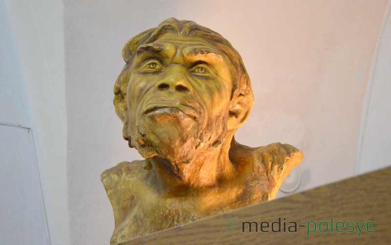 Неандерталец с интересом наблюдал за современными горожанами