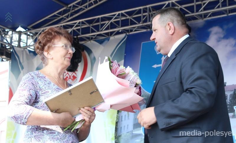 Также чествовали одного из старейших жителей Лунинца – Ивана Васильевича Петымко, которому 28 мая исполнилось 99 лет. За подарком на сцену поднялась его дочь Людмила Ивановна Санюкович