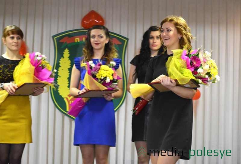 Радость победительницы (Оксана Сыс на переднем плане). Цветы, дипломы, подарки получили все участницы