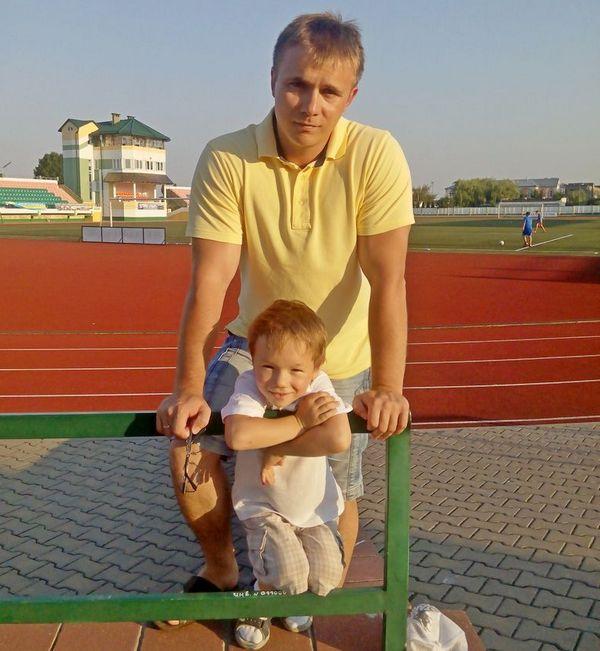 Пока отец с сыном посещает стадион в Лунинце. Но в детях живут наши мечты…