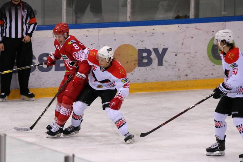 Владислав Габрусь и Максим Налетов в борьбе за шайбу. Фото hockey.by